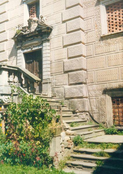 Agonia Pałacu Gorzanowskiego, Wejście do wieży Pałacu, Autor: R. Duma, 04.08.2004r.