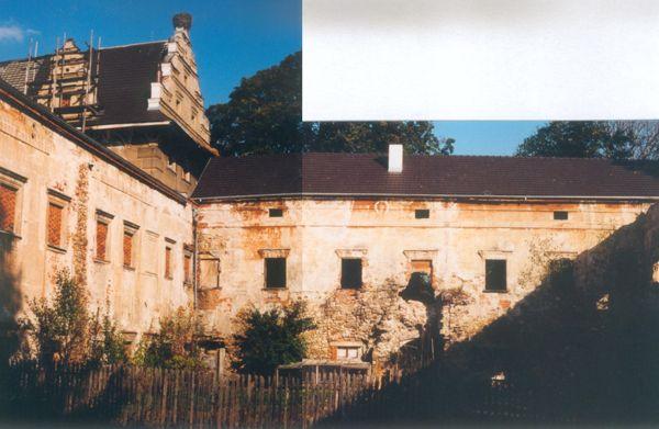 Agonia Pałacu Gorzanowskiego, Boczny Dziedziniec, Autor: R. Duma, 04.08.2004r.l