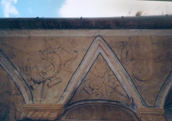 Agonia Pałacu Gorzanowskiego, Gzyms lunetowy, Autor: R. Duma, 04.08.2004r.