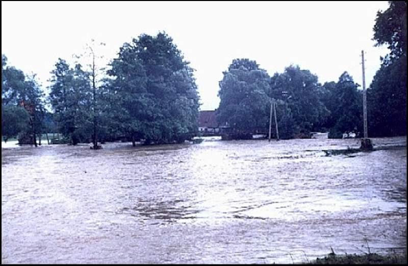 Powódź, w tle most przy ul. Nadrzecznej, 07.07.1997r.