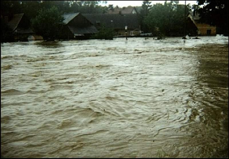 Powódź, w tle budynki przy ul. Młyńskiej, 07.07.1997r.
