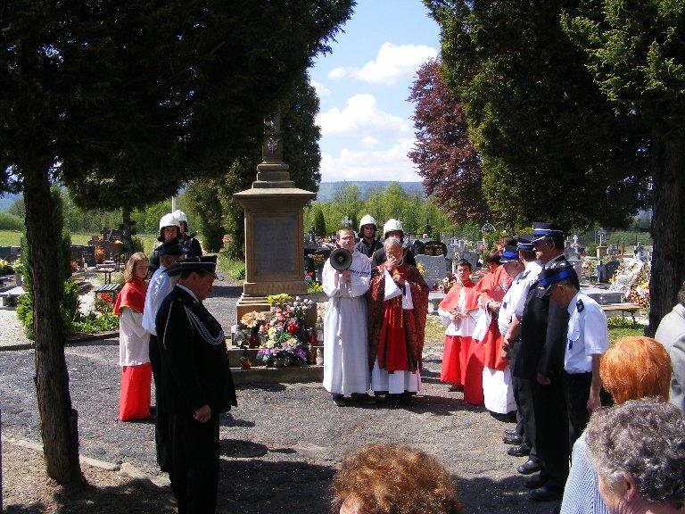 Festyn majowy ku czci św. Floriana, Modlitwa za zmarłych na cmentarzu parafialnym, 11.05.2008r.