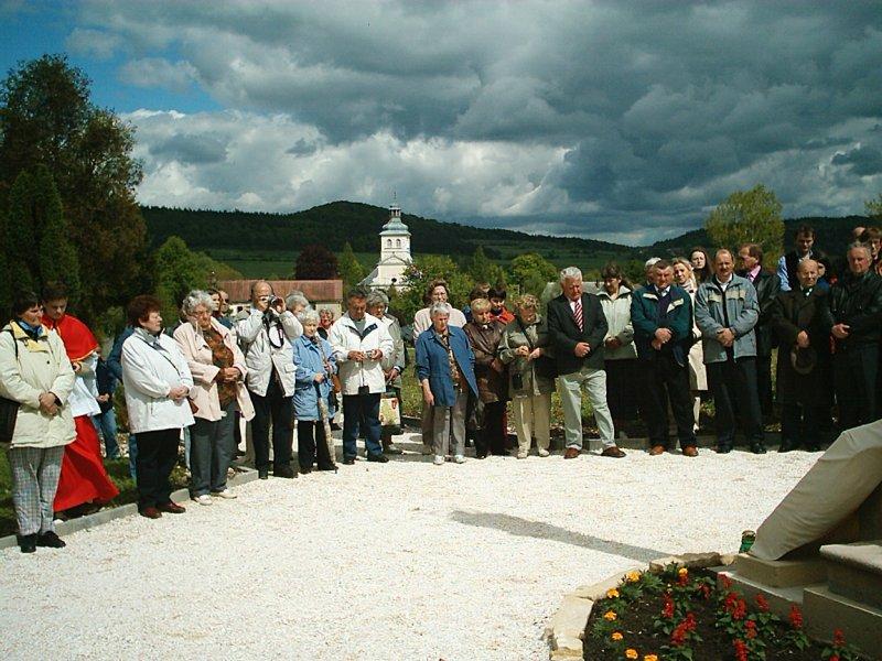 Uroczyste spotkanie z byłymi mieszkańcami Gorzanowa, Modlitwa na cmentarzu parafialnym, Autor: R. Duma, 16.05.2004r.