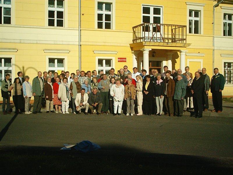 Uroczyste spotkanie z byłymi mieszkańcami Gorzanowa, Wspólne zdjęcie przy WDK, Autor: R. Duma, 16.05.2004r.