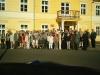 Uroczyste spotkanie zbyłymi mieszkańcami Gorzanowa, Wspólne zdjęcie przy WDK, Autor: R. Duma, 16.05.2004r.