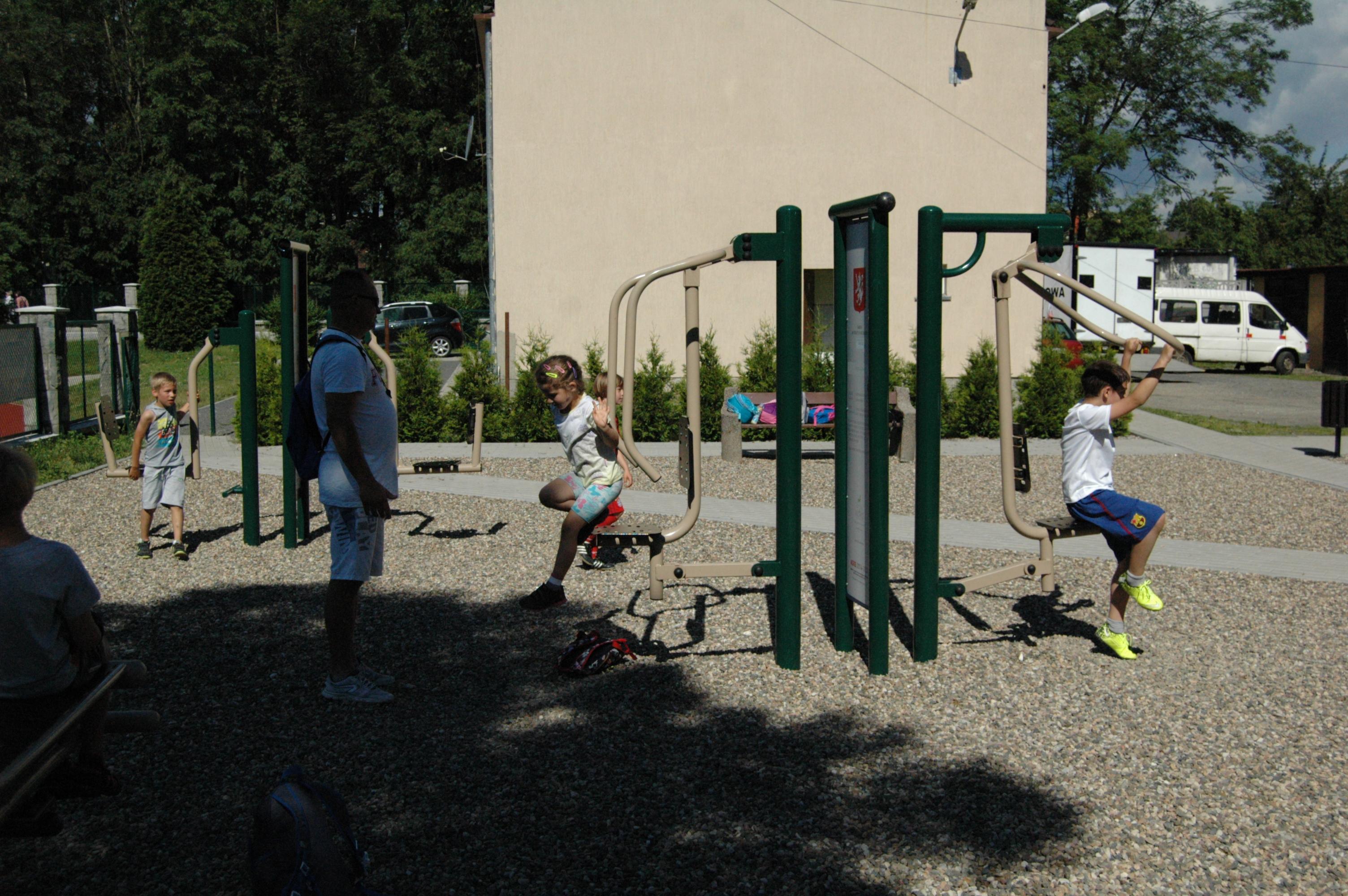 Wycieczka BP i klas I-III do Bystrzycy Kłodzkiej, Ćwiczenia na Siłownii. Autor: M. Biernat, 22.06.2016r.