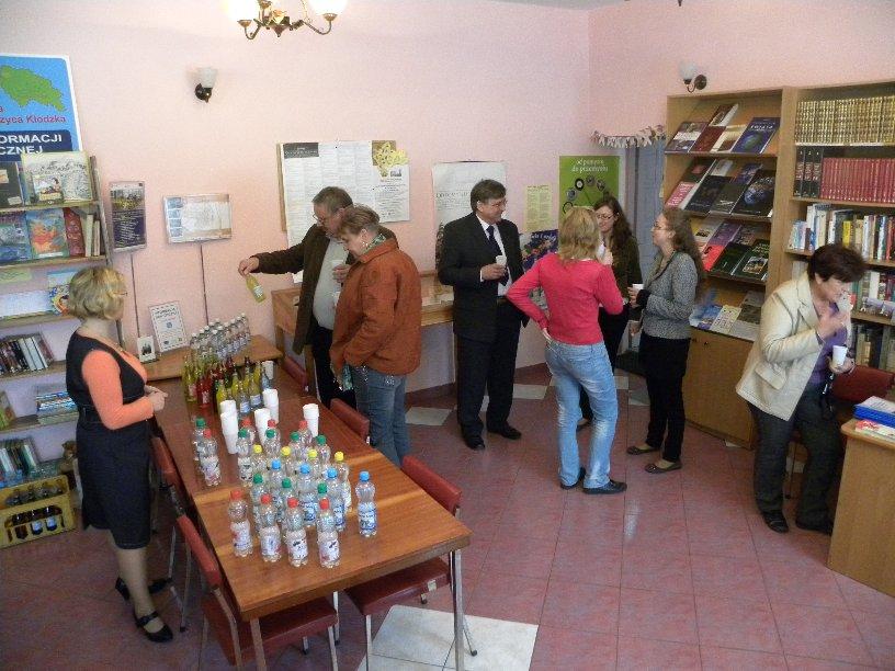 65 lecie Szkoły Podstawowej w Gorzanowie, wystawa i degustacja wód mineralnych w filii bibliotecznej, 18.09.2010r.