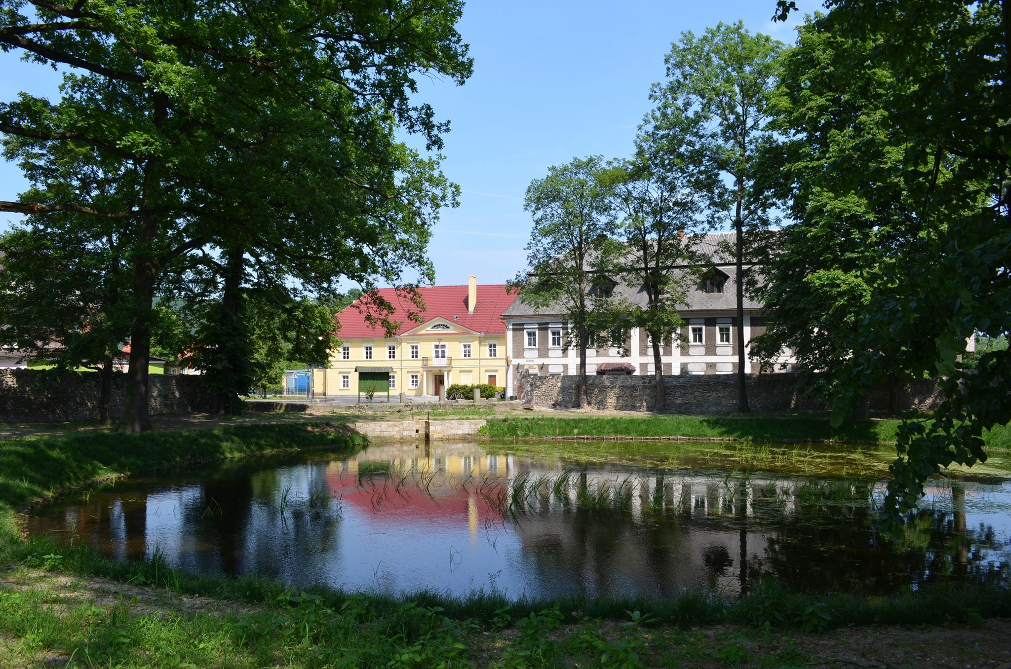 Widok z parku na staw oraz Dom Kultury, Autor: R. Duma, 09.06.2015r.