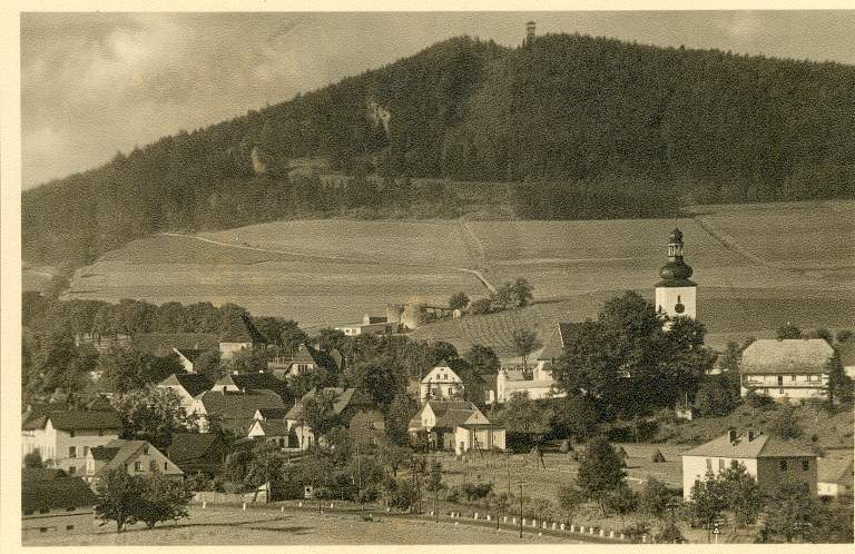 Widok z Żelazna na wieżę widokową na Wapniarce